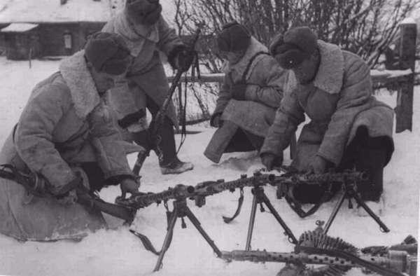 Красноармейцы с трофейными МГ-34