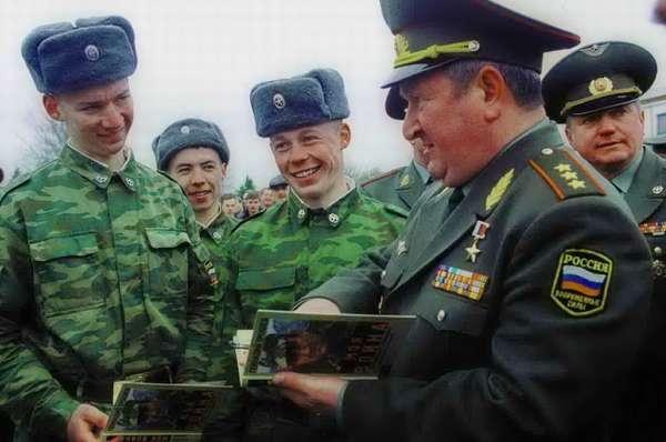 Генерал подписывает свою книгу