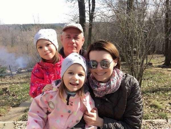 Сергей Доренко с семьей женой и дочками фото