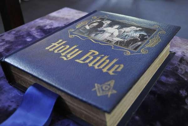 Вступающий в масоны человек приносит клятву на Библии
