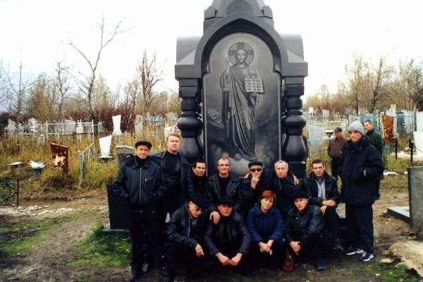 Саша Север на могиле Владимира Бабушкина