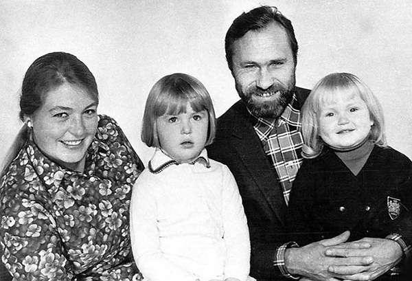 Мария Шукшина в детские годы с сестрой, отцом и матерью