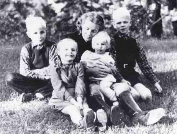 Лина Гейдрих в 1943 году вместе со своими детьми, Клаусом Хайдером, Силке и Мартой