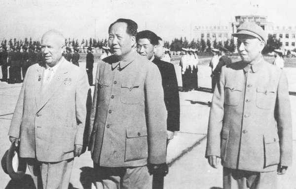 Хрущёв и Моа. Уже не выглядят радостными рядом друг с другом. И ещё бы, Ведь Хрущёв называл Мао сталинистом, а Мао Хрущёва Приспособленцем.
