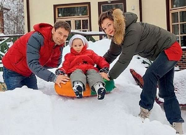 Евгения Добровольская с семьей супругом Дмитрием Манниковым и дочерью Анастасией фото