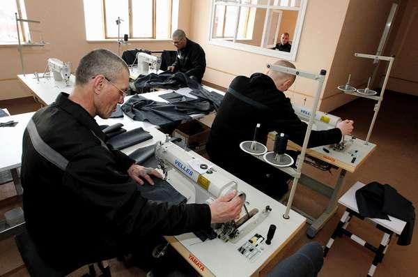 Воспитанники исправительного учреждения № 22 в с. Волчанец Приморского края во время работы в швейном цехе.