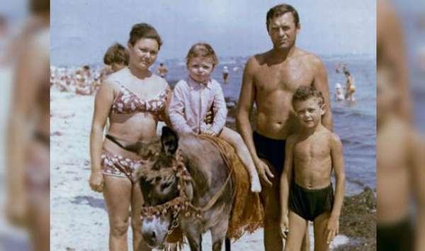 Актер Илья Носков в детстве с семьей