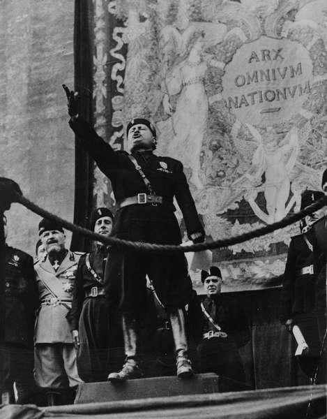 Бенито Муссолини выступает с речью