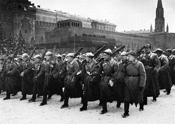 Парад на Красной площади 7 ноября 1941 года во время битвы за Москву