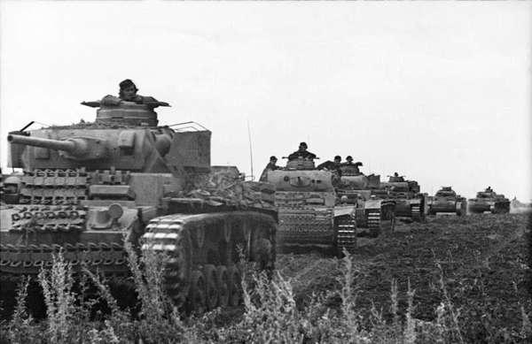 Танковая колонна немцев (PzKpfw III), июнь 1943 года.