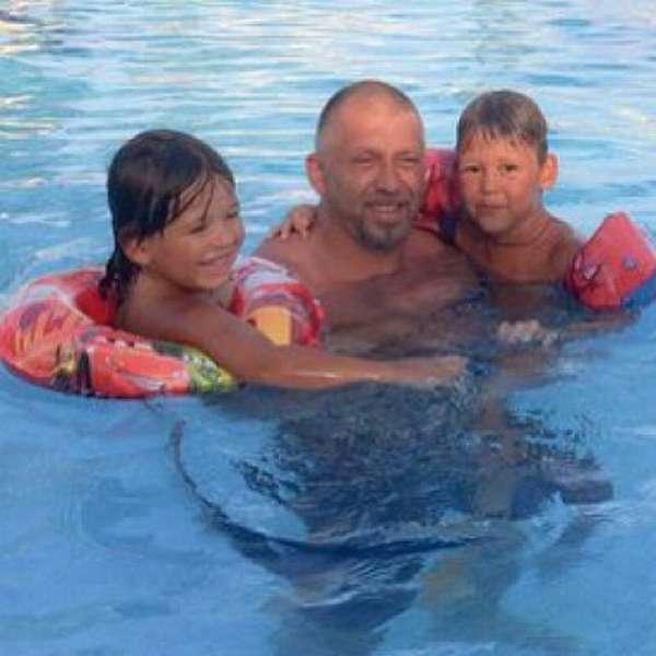 Рэпер Серёга с сыновьями.