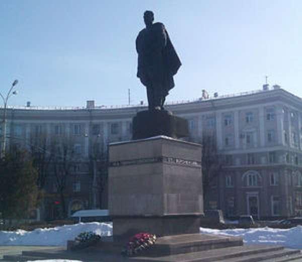 Памятник И. Д. Черняховскому в Воронеже
