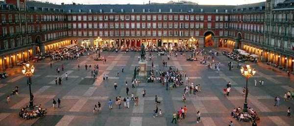 Площадь Пласа Майор, Мадрид, Испания. С конца 16 века площадь стала постоянным местом проведения корриды в Мадриде.