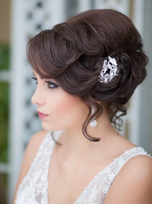 809769b7ba3c16a Еще одной разновидностью укладки волос для невесты являются свадебные  прически с заколотыми вверх волосами и уложенными локонами, которые к тому  же очень ...