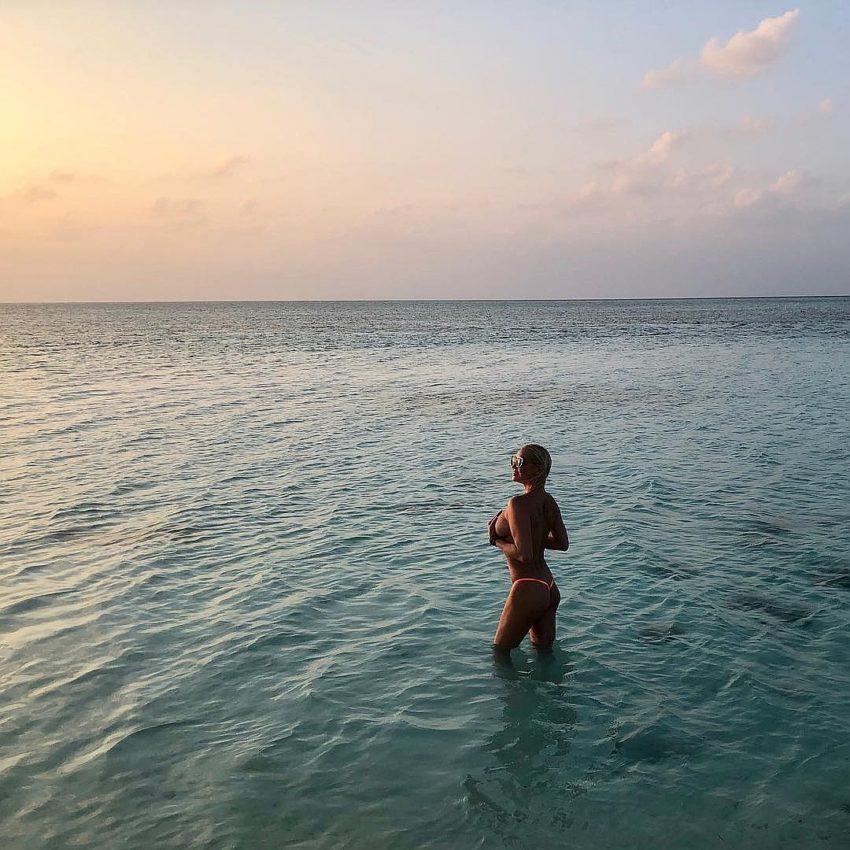 Солнышко в голову напекло: Бузова и Волочкова поселились на одном острове на Мальдивах и вместе снимают все лишнее