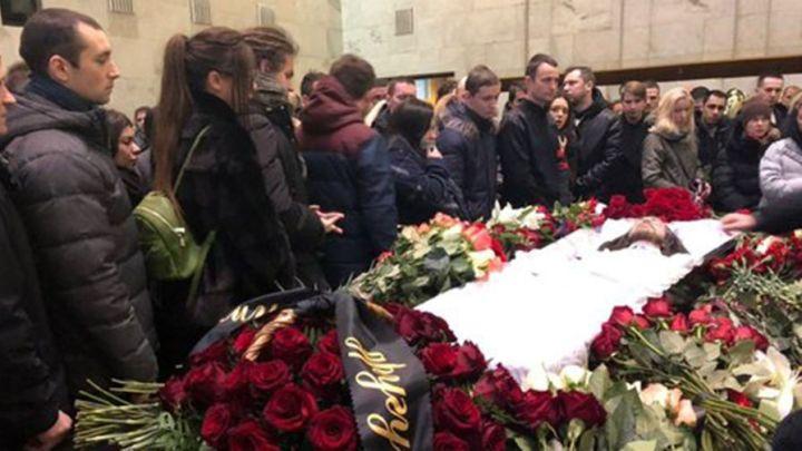 Отомстим каждому стало известно, что на похоронах Децла состоялась провокация. Убитому горем Александру Толмацкому удалось быстро замять выходку фаната