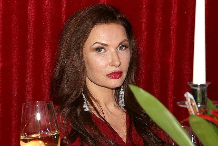 Пятна по всему телу: Эвелина Бледанс превратилась в красную рептилию из-за редкого астрологического явления