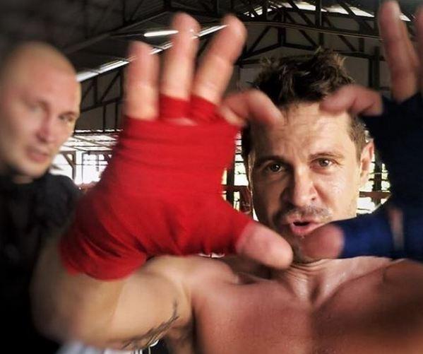 Что актер Павел Деревянко делает в таиландском центре, где лечились от зависимости Дана Борисова, Евгений Осин и Крис Кельми