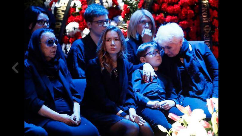 Утрата ударила по вдове Сергея Юрского актриса почернела и едва держалась на ногах