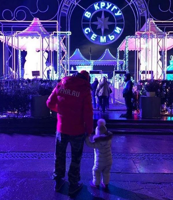 Иван Телегин впервые показался с дочерью от певицы Пелагеи Тася по коленку, мама по плечо