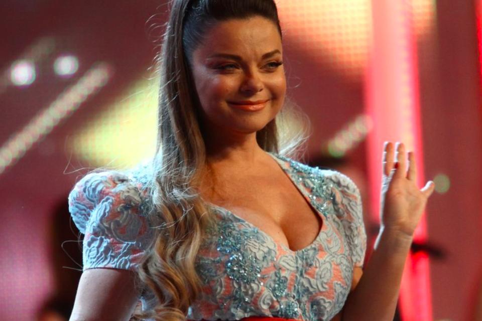 Мир сошел с ума певица Наташа Королева с подругой устроили сисятрясение. Видео