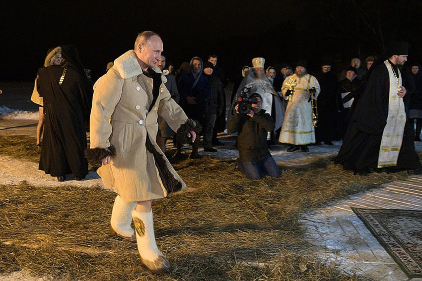 Путин с невозмутимым лицом, а Волочкова покрылась инеем как звезды и публичные люди окунулись в прорубь