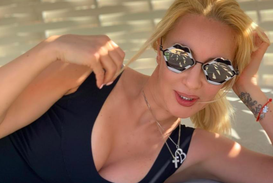 47-летняя Лера Кудрявцева уехала отдыхать без мужа и впервые после родов показала фигуру в купальнике (фото)