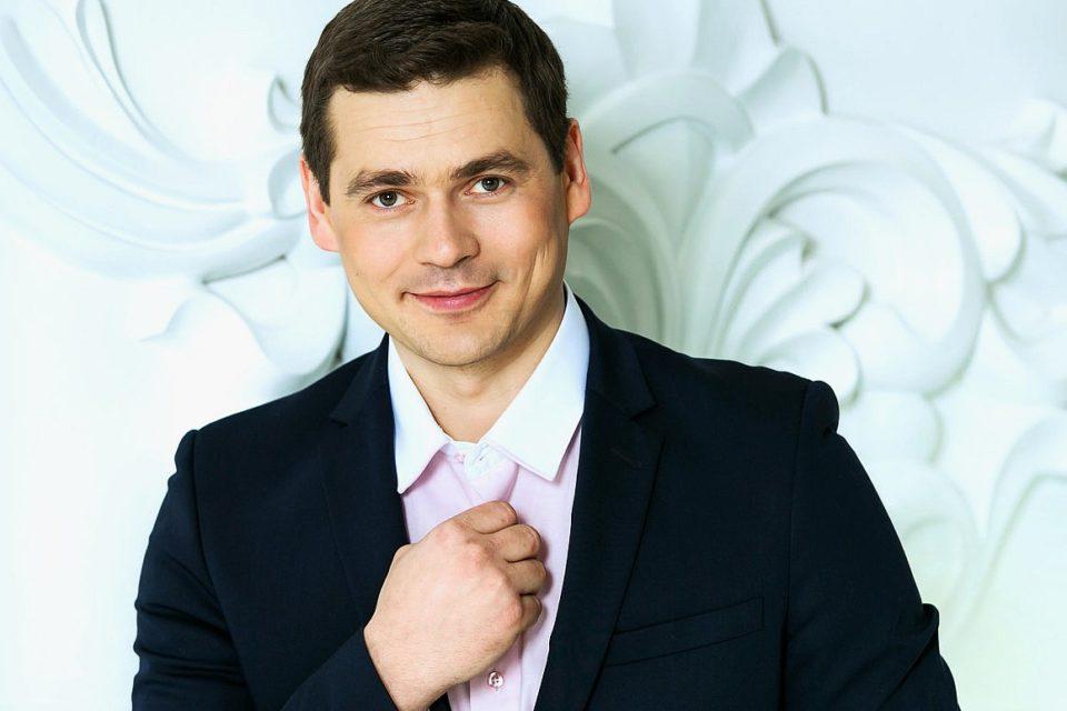 Многодетный Александр Пашков с двумя новорожденными малышами на руках трогательно выразился об отцовстве