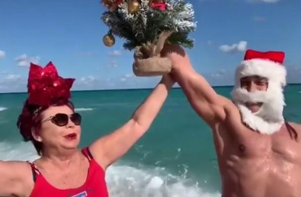 Как выглядит 72-летняя мама Наташи Королевой пляж, горячий Дед Мороз и танцы в мини-юбке