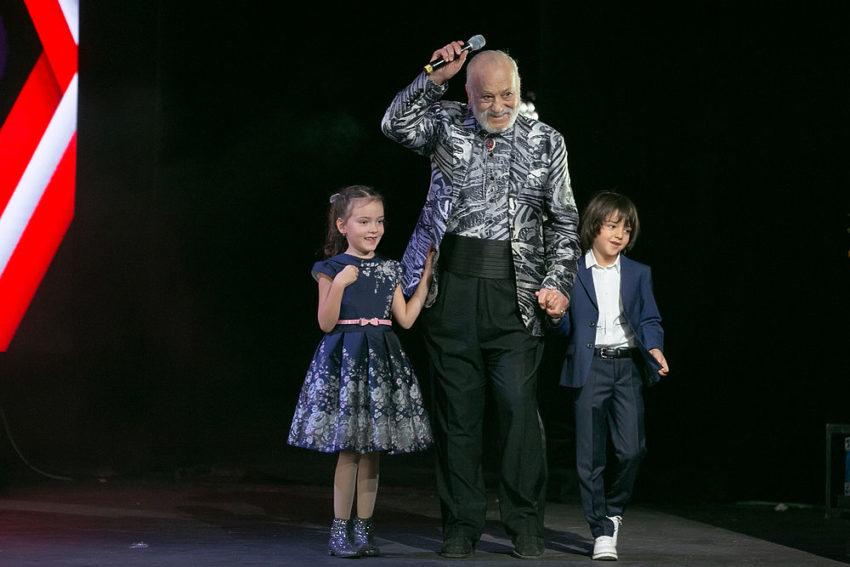 Делал под копирку в Сети рассмотрели детей Филиппа Киркорова и заметили, что Алла-Витория выглядит значительно старше брата